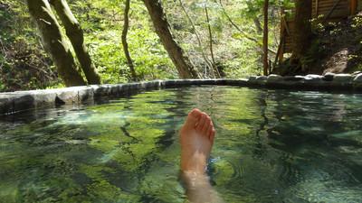 鈴森の湯の露天風呂でくつろぐ